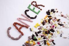 概念性手文字文本说明启发卫生保健健康概念写与药片使胶囊白色的词巨蟹星座服麻醉剂 库存图片