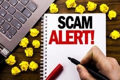 概念性手文字文本说明诈欺戒备 在片剂膝上型计算机写的欺骗警告的企业概念,木背景wi 免版税库存照片