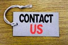 概念性手文字文本说明陈列与我们联系 在与警察的价牌纸写的用户支持的企业概念 库存照片