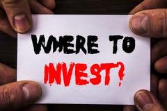 概念性手文字文本陈列在哪里投资问题 意味财务收益的概念投资计划忠告财富writt 免版税库存图片