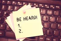 概念性手文字陈列听见 企业照片文本察觉与做由某人或某事的耳朵声音 库存照片