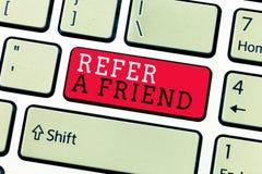概念性手文字陈列提到一个朋友 企业照片文本推荐任命在任务合格的某人 免版税库存图片