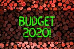 概念性手文字陈列预算2020年 支出和收入的企业照片陈列的估计下的或 免版税库存图片