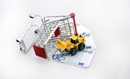 概念性演播室射击了填装在白色背景2016年9月18日的一束欧洲钞票购物车 免版税库存图片