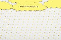 概念性背景、事务、财务、投资、金黄云彩和雨 免版税库存图片