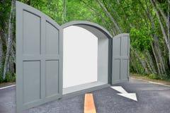 概念性艺术:灰色窗口是开放的路面上 库存图片