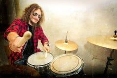 概念性鼓图象 岩石鼓手和他的鼓集合 免版税图库摄影