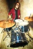 概念性鼓图象 岩石鼓手和他的鼓集合 库存图片