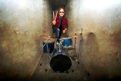概念性鼓图象 岩石鼓手和他的鼓集合 库存照片