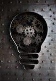 概念想法:与工作齿轮和嵌齿轮的电灯泡 免版税库存照片
