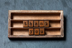 概念感谢您 葡萄酒箱子,与老牌信件的木立方体词组 灰色石头织地不很细背景 特写镜头,  库存照片