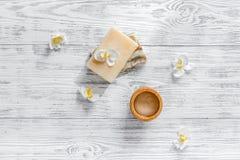 概念放松 手工制造有机肥皂和胶凝体在木桌背景顶视图copyspace 免版税库存图片