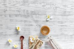 概念放松 手工制造有机肥皂和胶凝体在木桌背景顶视图copyspace 库存照片