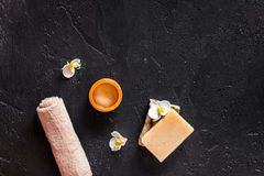 概念放松 手工制造有机肥皂和胶凝体在黑石桌背景顶视图copyspace 图库摄影