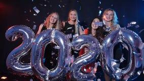 概念新年好 小组年轻女人获得乐趣并且举行更大的第2020年 影视素材