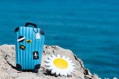 概念旅行向海 反对蓝色海的时髦的手提箱 库存照片