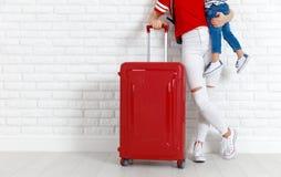 概念旅行和旅游业与孩子 母亲和孩子的腿 库存图片