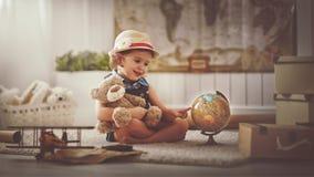 概念旅行 在家作梦旅行和旅游业的儿童女孩 免版税库存照片