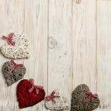 概念日s华伦泰 在木背景w的柳条心脏 库存照片
