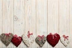 概念日s华伦泰 在木背景w的柳条心脏 免版税图库摄影