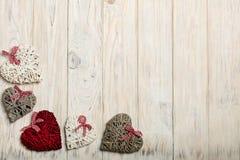 概念日s华伦泰 在木背景w的柳条心脏 图库摄影