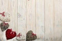 概念日s华伦泰 在木背景w的柳条心脏 免版税库存照片