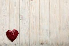 概念日s华伦泰 在木背景w的柳条心脏 免版税库存图片