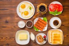 概念早餐平的位置与设置食品的在wo 库存照片