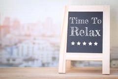 概念时间放松在木委员会的消息 免版税库存图片
