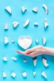 概念有机化妆用品用在蓝色背景顶视图的椰子 库存图片