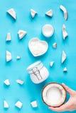 概念有机化妆用品用在蓝色背景顶视图的椰子 免版税库存照片