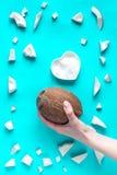 概念有机化妆用品用在蓝色背景顶视图的椰子 免版税库存图片