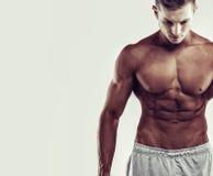 概念查出的体育运动白色 关闭肌肉白种人男性的图象在体育衣物的在灰色背景 免版税库存图片