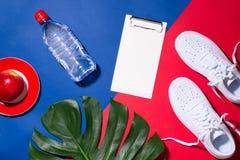 概念查出的体育运动白色 设备健身户外被安置的村庄 运动鞋,水,苹果, dumbbe 免版税库存图片