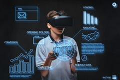 概念查出的技术白色 使用与图表图,少年在一件白色T恤杉穿戴了,数字,线的虚拟现实玻璃 免版税库存照片