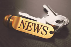 概念标记许多新闻纸字 与金黄钥匙圈的钥匙 库存照片