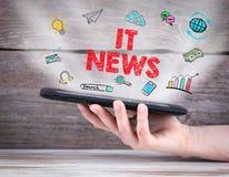 概念标记许多新闻纸字 片剂计算机在手上 背景老木 库存图片
