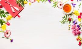 概念母亲节,多彩多姿的花排行框架的品种,茶用糖黏附,有书签的, pla笔记本 免版税库存图片