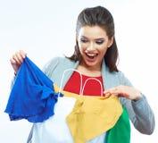 概念玻璃现有量扩大化的销售额 愉快的微笑的妇女举行购物袋画象 免版税库存照片