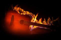 概念电吉他例证音乐 在黑暗的背景隔绝的声学吉他在光柱与烟的下与拷贝空间 吉他串,关闭 库存照片