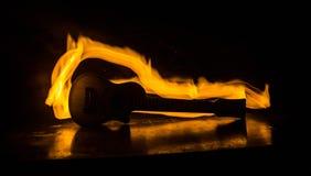 概念电吉他例证音乐 在黑暗的背景隔绝的声学吉他在光柱与烟的下与拷贝空间 吉他串,关闭 免版税库存照片