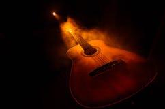 概念电吉他例证音乐 在黑暗的背景隔绝的声学吉他在光柱与烟的下与拷贝空间 吉他串,关闭 库存图片