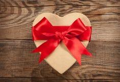 概念礼物 以心脏的形式箱子在老委员会 免版税库存图片