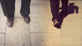 概念继续或放弃;去的逗留或的步行;停止或去 免版税库存照片