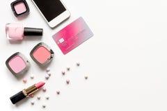 概念网上购物化妆用品白色背景顶视图嘲笑 图库摄影