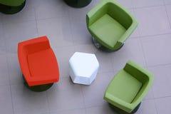 概念视图从上面两把绿色和一红色扶手椅子 图库摄影