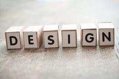 概念词形成与在木书桌上的立方体的-设计 库存图片