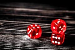 概念运气-把赌博在黑暗的木背景切成小方块 免版税图库摄影