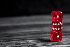 概念运气-把赌博在黑暗的木背景切成小方块 库存图片