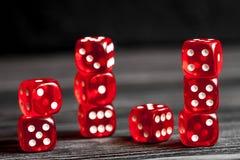 概念运气-把赌博在黑暗的木背景切成小方块 库存照片